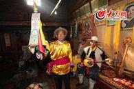 向记者展示普米族的传统文化
