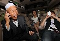 韩占祥采访车上与济南电台连线