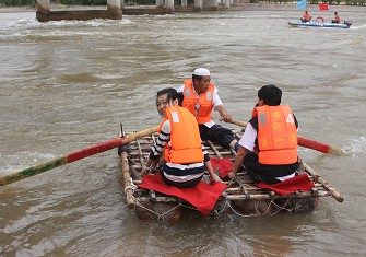 采访团坐羊皮筏子漂流黄河