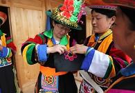 土族妇女交流盘绣经验