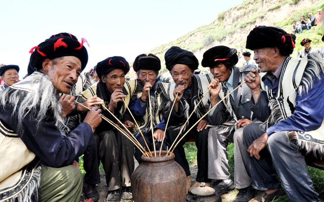 羌族群众在饮咂酒