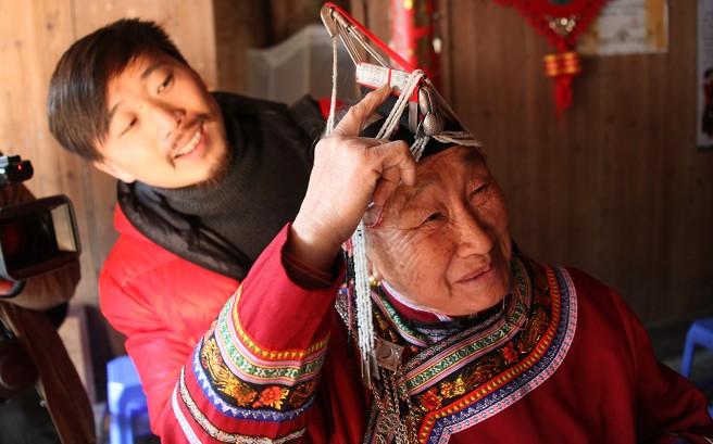蓝陈契大妈向记者展示畲族的头饰