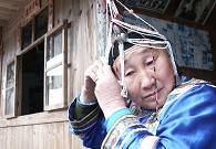 蓝陈契大妈精心穿戴畲族传统服饰