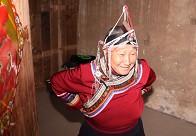 蓝大妈头上是畲族传统银饰凤头冠