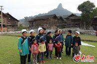 韦桃花与家乡的姐妹们一起唱水歌