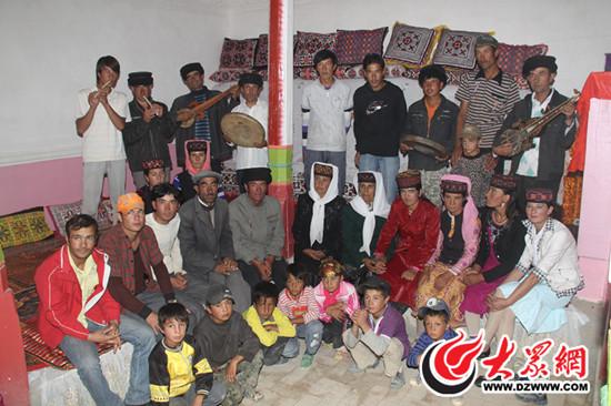 塔吉克族家庭合影