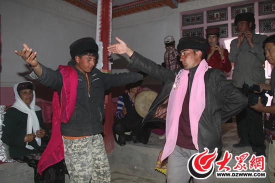 塔吉克族小伙子们在跳鹰舞