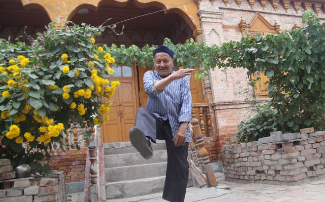 黑亚孜老人今年已经90岁高龄了