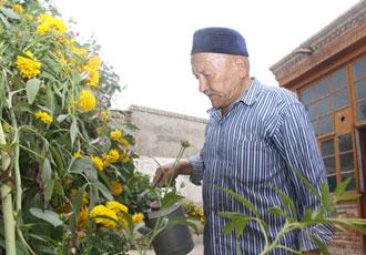 黑亚孜老人闲暇时喜欢摆弄花草