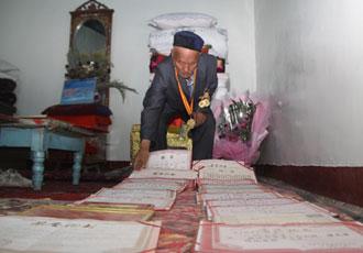 老人家里摆满了各种荣誉证书