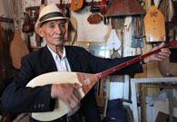 乐器作坊里老艺人演奏民族乐器