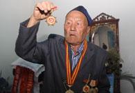 老人向记者展示自己的徽章