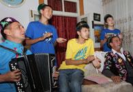 塔塔尔族家庭为采访团演唱民歌