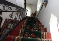 老人家里具有浓郁民族特色的地毯