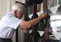 伊力亚尔老人家里藏书丰富