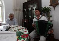 老人的家人为记者演奏一曲手风琴