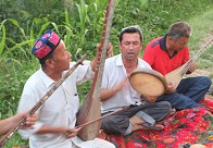 司马义大叔和徒弟弹唱木卡姆