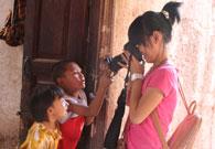 小记者在给维族小朋友们拍照