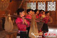 潘永艳到村中的民俗展示厅为游客展演