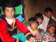 彝族妇女和孩子们