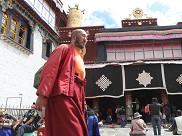 一位喇嘛从大昭寺正门前闲庭信步