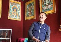 唐卡大师与他多年积累的唐卡作品