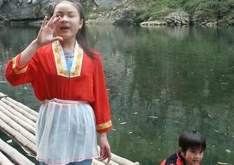 小刘三姐在下枧河中的竹排上放歌