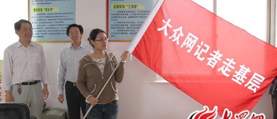 林忠礼董事长和朱秀彦副书记为记者授旗