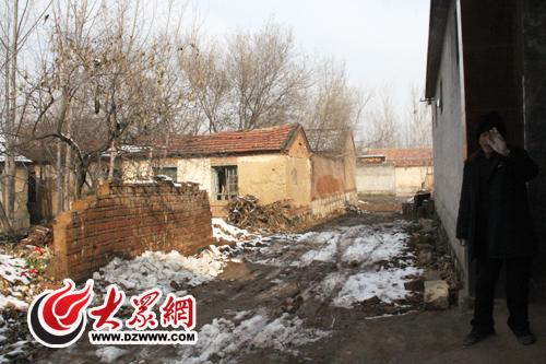 ...和网友挥手而他家以前的住房比隔壁这些废弃的土屋还要破.