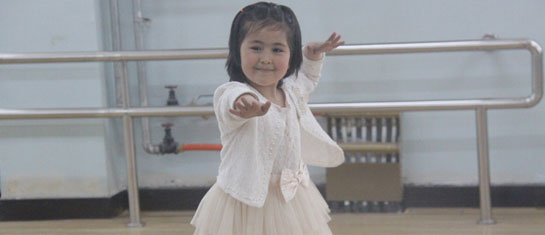 6岁的麦迪努正在快乐地跳舞