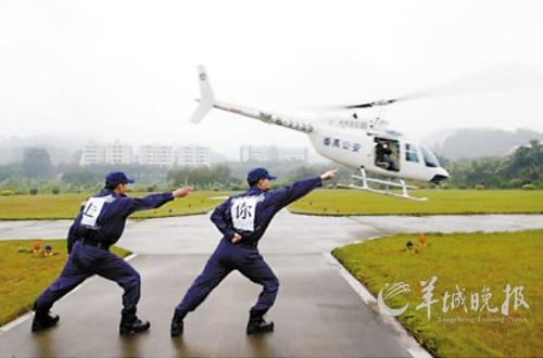"""""""辽宁号""""航母舰载飞机起飞时地勤人员的""""帅气一指"""""""