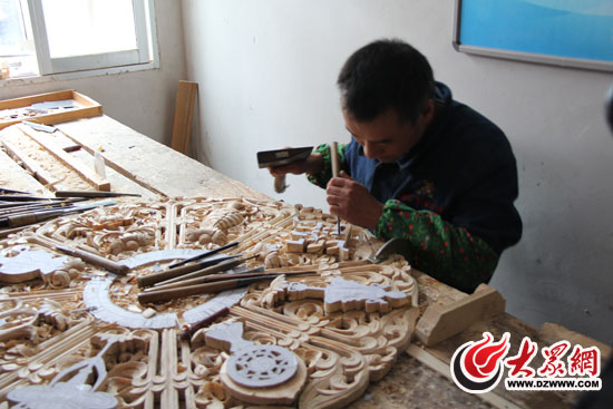 藏式家具造型全部由工艺师手工雕刻.(大众网记者 姜长勇 摄)