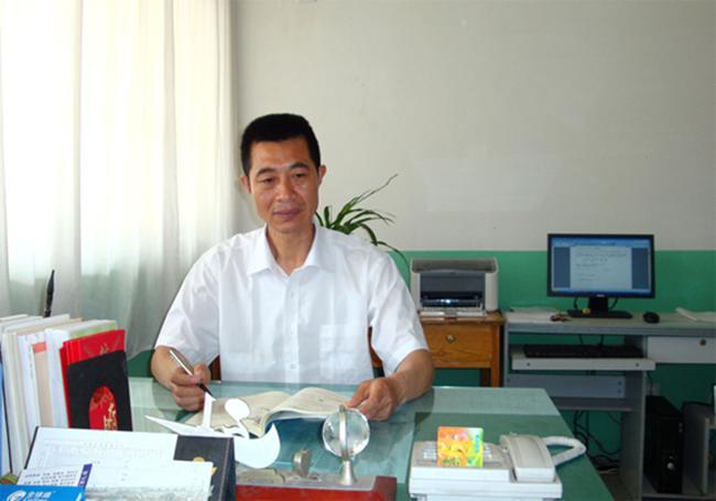 中共党员,平度市朝阳中学教师.  从教39年,吕文强从微薄的工资收图片