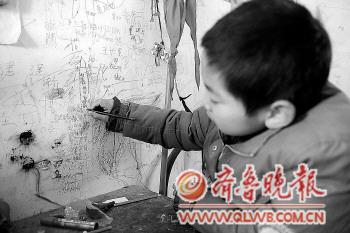 写下他的大学生家教老师的名字,大学生们的名字已经写满了这面墙图片