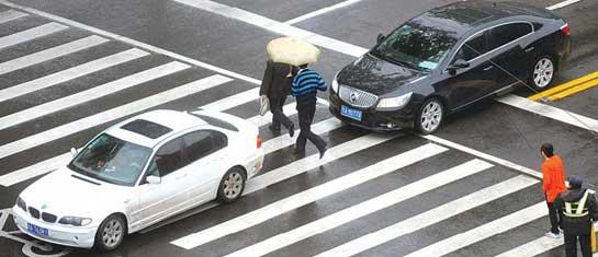 济南闹市区一路口6小时324人闯红灯