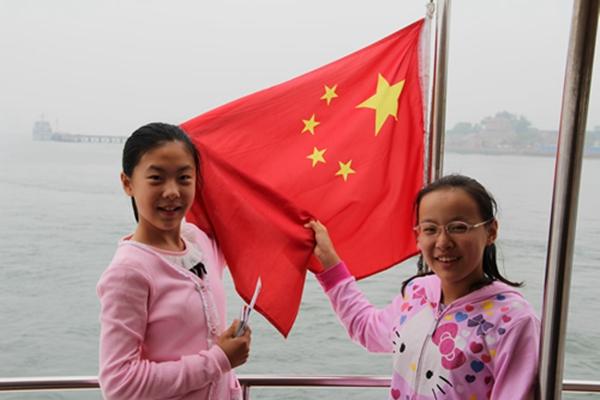迎着朝阳伴着日出纷纷与国旗合影,为中国点赞.