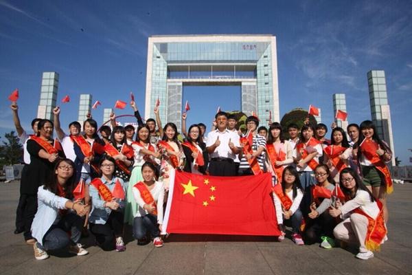 全国优秀志愿者—长城爱心大本营发起人刘长城(中)和大学生志愿者,在