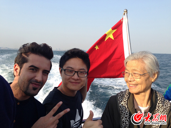 大众网记者与外国友人和国旗合影,为中国点赞