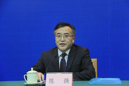 省政府新闻办公室副主任、新闻发布处处长陈强主持发布会.JPG
