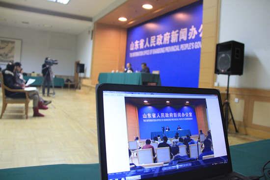 大众网对新闻发布会进行现场直播.JPG