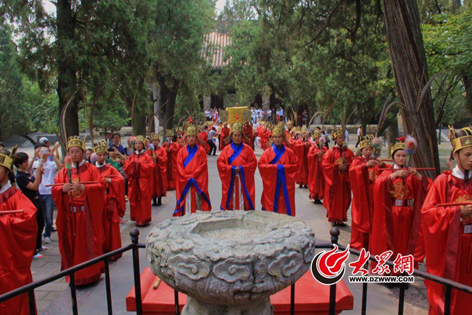 走进儒学圣地孔庙,观看祭孔大典。.jpg
