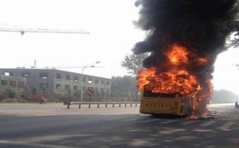 公交车起火燃烧_图片报道