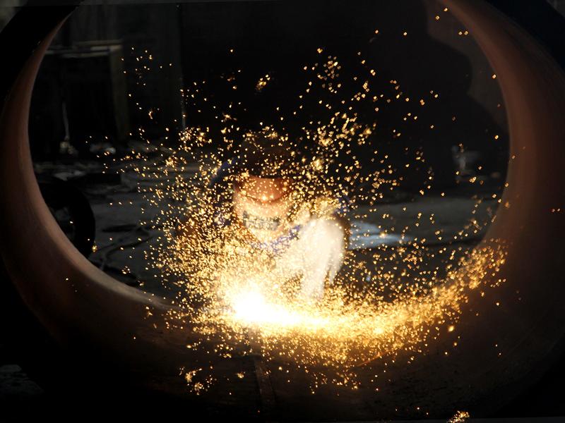 电焊工火花四溅的激情,图为重型容器厂焊工在锅筒内进行汽刨切割