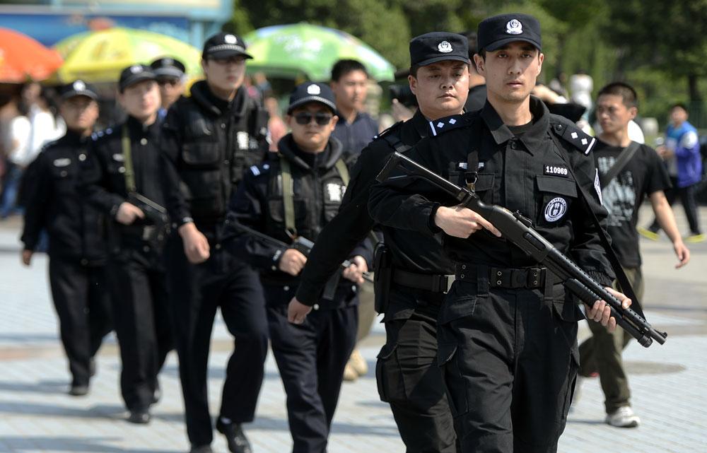 5月1日,济南巡警在街头武装巡逻。.jpg
