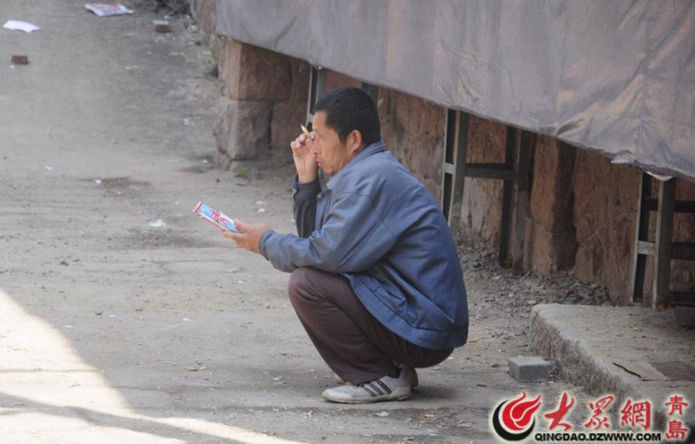 老于是山东潍坊人,刚来青岛找工作,在沈阳路零工劳务市场,老于拿着青岛地图,拿着纸和笔,看到又合适的工作,他就记下来,顺便在地图上看看厂区的位置。