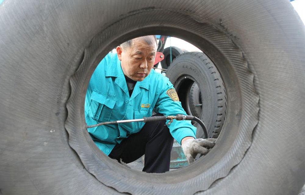 胎工刘宝粮一天拆修补换货车各型轮胎达二十余条。