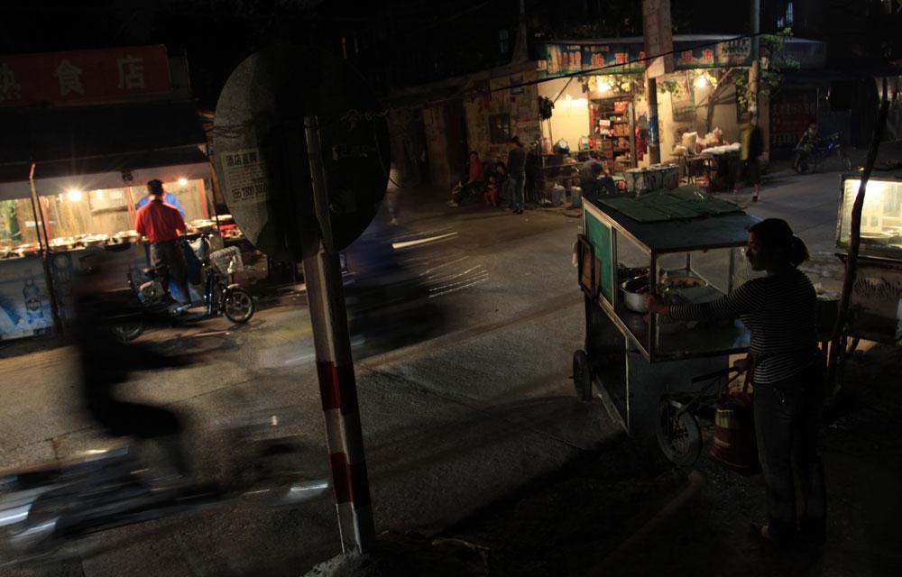 夜幕降临,华灯初上,下班的人归心似箭,为了生计游走于市井之间的小贩们摆上街头,靠着自己的双手撑起家庭的责任,在家庭的层面他们是社会最基层的美丽劳动者。
