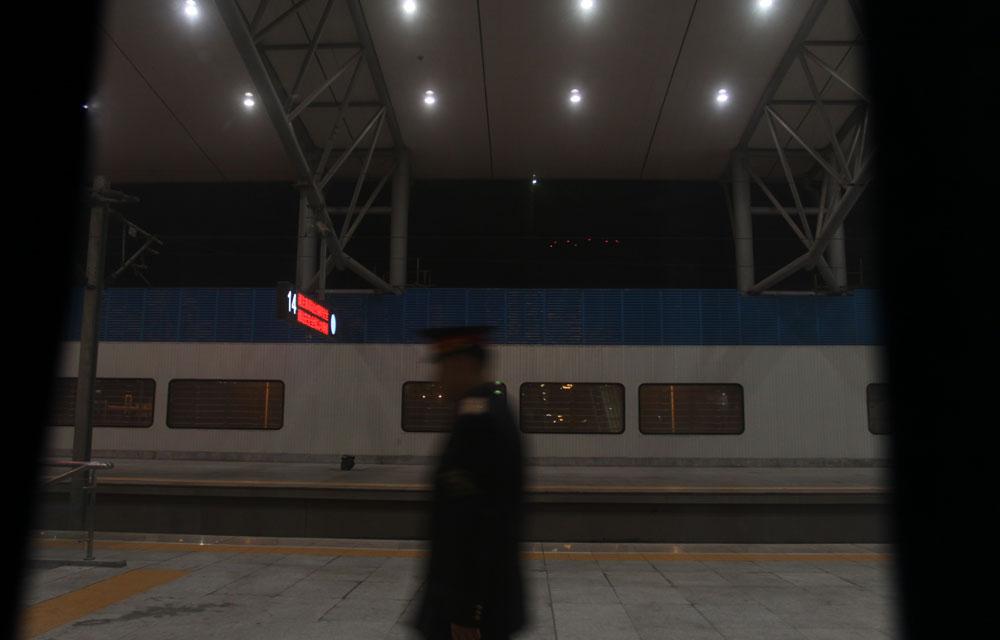 列车呼啸而过,车站工作人员的信号灯承载着整辆列车的安危,为我们的安全保驾护航,让我们肃然起敬。