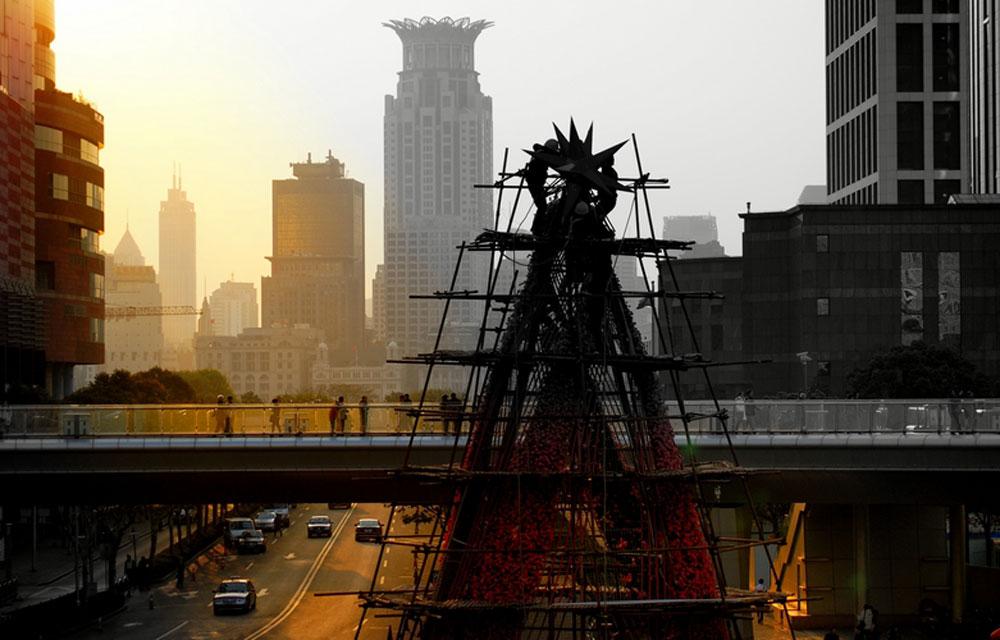 冬季的上海十分阴冷,傍晚的寒风能穿透棉衣钻进怀里。这些工人们正在装扮。