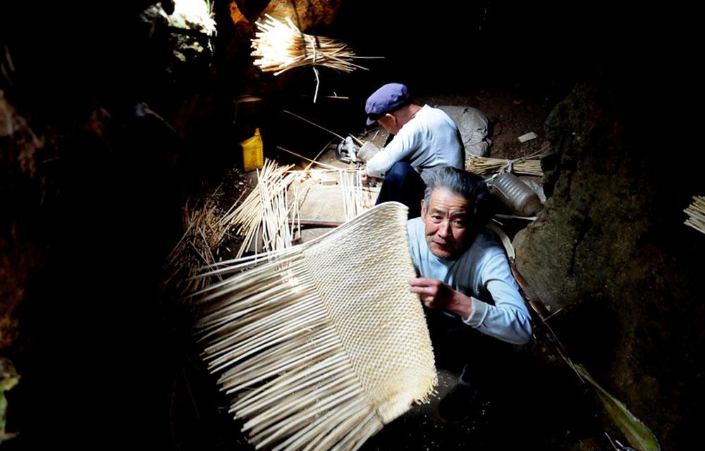 竹编,渐渐被塑料和金属代替,藏在地下的工作洞穴中,老手艺被朴实的村民的保留了,至于手艺的延续,他们不想再提。